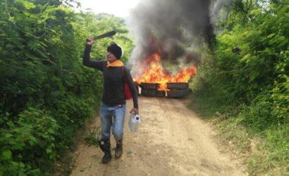 Con bloqueo de vía y quema de llantas cabildo Zenú se rehúsa a salir de Membrillal