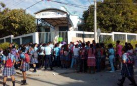 Estudiantes, maestros y padres de familia protestan por malas condiciones del Colegio María Reina