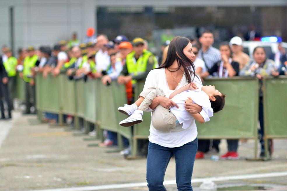 La madre que rompió esquemas de seguridad para que su hijo enfermo fuera bendecido