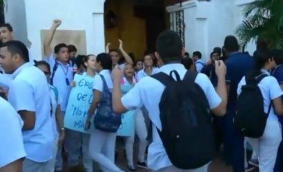 Estudiantes de medicina de la Universidad Rafael Núñez protestaron por el exagerado aumento en el valor de la matrícula