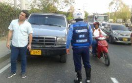 Conductor evade pago y causa daños en peaje e intenta arrollar a agentes de tránsito