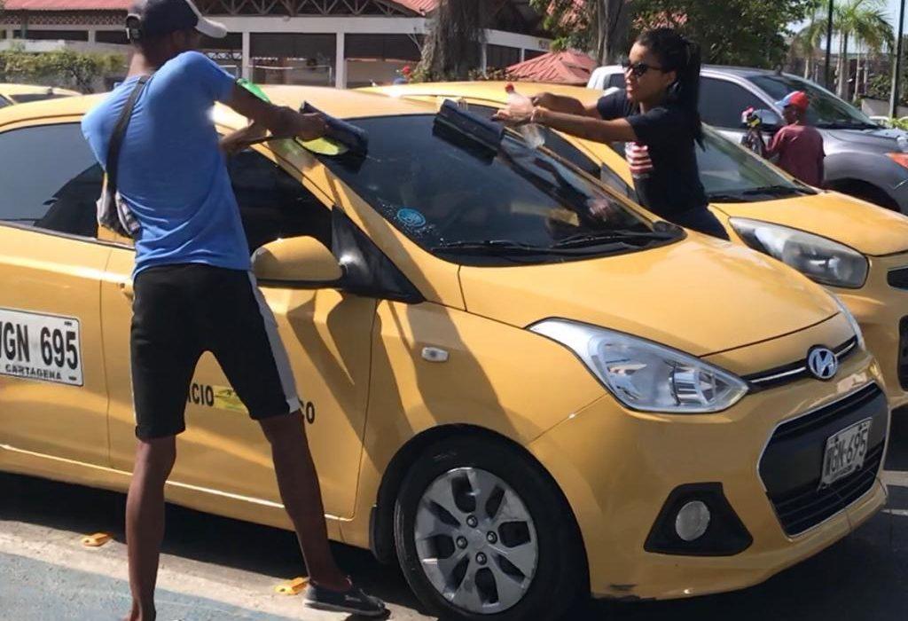 En los zapatos de un limpiador de vidrios: La otra cara del subempleo en Cartagena