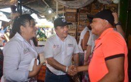 William García Tirado recorrió el mercado de Bazurto para hablar con los comerciantes